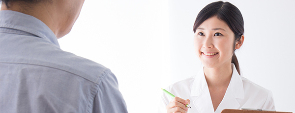 男性と話す看護師